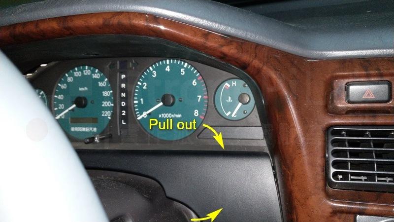 先拉出方向盤後方的飾板