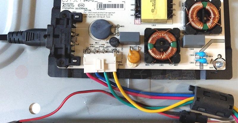 電源電路板的右下方有抗干擾磁環