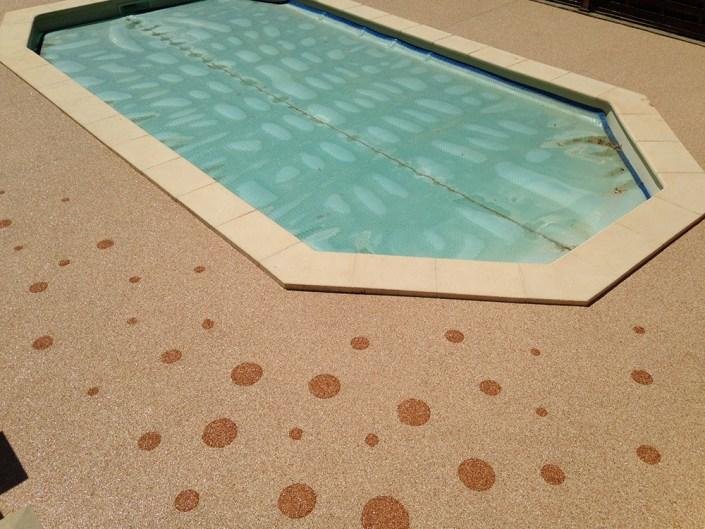 Plage de piscine couleur Jaune et motif Bulles Rose Corail