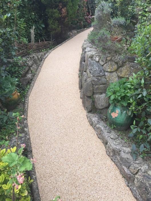 Allée de jardin en granulats de marbre drainant couleur Ivoire doré