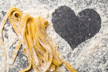 tagliatelle-preparato-amore-preparing-homemade-pasta-love