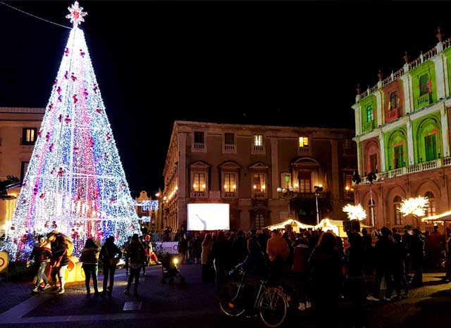 catania-durante-feste-tuffarsi-dentro-il-mare-freddo-Homestay-Learn-Italian-Sicilia