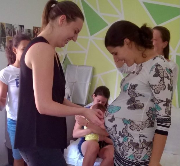 Baby shower igra: ugibanje velikosti nosečniškega trebuha