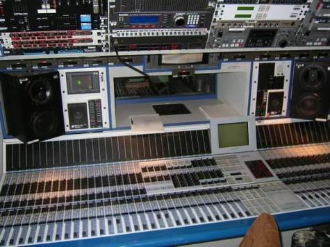 Blick in die sehr beengte Tonregie des großen BR TV-Übertragungswagens (Aufnahme von 2005)