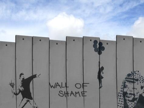 Sur le mur situé à la frontière israélo-palestinienne, on peut admirer des oeuvres du street artiste Banksy.