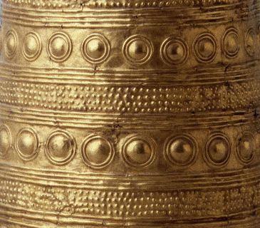 Cône d'Avanton (détails) Artefact datant de l'âge du bronze (v.2000 av. J.C. à 750 av. J.C.) Or. 53 cm de haut, 321 g. Découvert en 1844 à Avanton (Vienne) Saint-Germain-en-Laye, musée d'Archéologie nationale