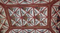 Intérieur du Palais National de Sintra où les animaux décoratifs occupent beaucoup de place. Ici, vue sur un plafond peint où l'on peut admirer des oiseaux (des pies ?).