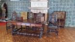 Meubles en bois lourd et sombre. C'est ce style décoratif qui occupe la majorité des pièces du palais.