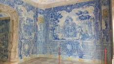 Cette salle de douche, la voici : entièrement recouverte de faïence peinte, dans un style très français. Les jets d'eau jaillissaient des murs comme dans nos stations thermales modernes.