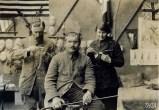 Anna Coleman Ladd et un de ses assistant ajustant un masque sur le visage d'un soldat blessé.