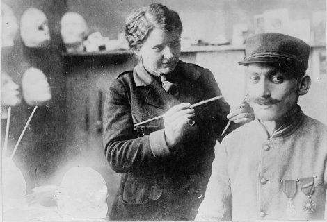 Anna Coleman Ladd travaillant sur le masque d'un soldat blessé.