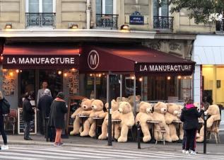 Nounours des Gobelins : des Nounours géants et trop mignons ont envahi le quartier des Gobelins, non loin de la Place d'Italie, à Paris.