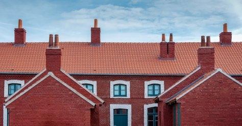 Les façades en briques rouges de la Cité des Electriciens à Bruay-la-Buissière (62).