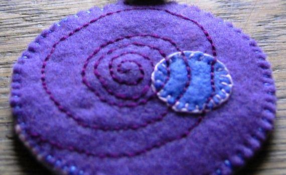 ketting met hanger van vilt door studio paars
