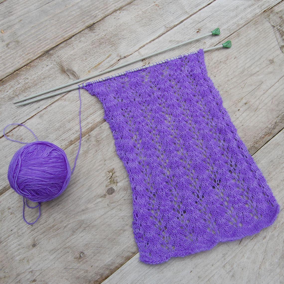 wip paars breien patroon: strangling vine wol: malabrigo lace door studio paars