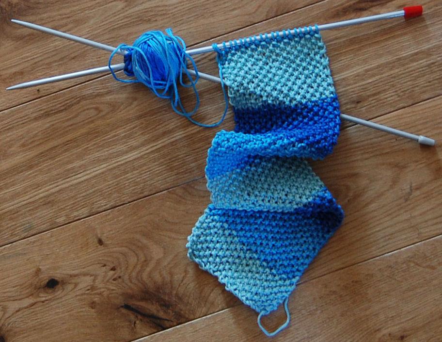 een blauw dasje breien door studio paars