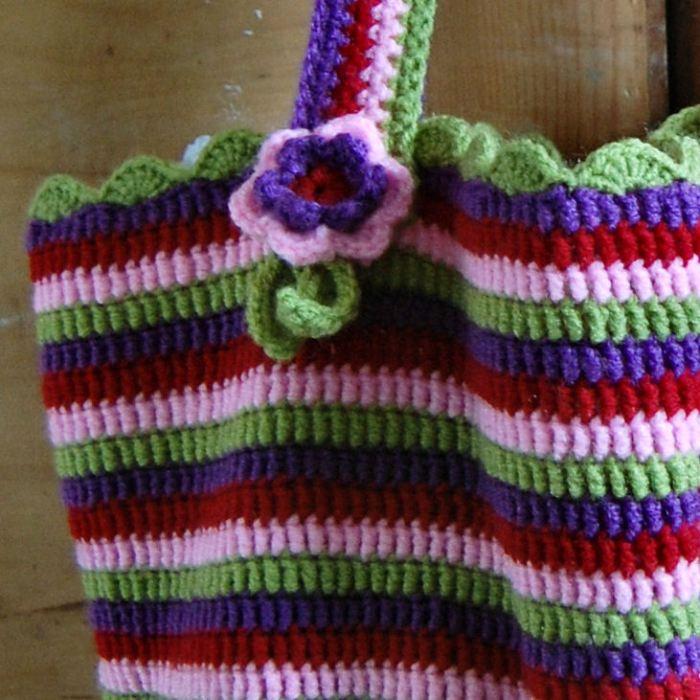 gehaakte tas van studio paars naar een patroon van attic24