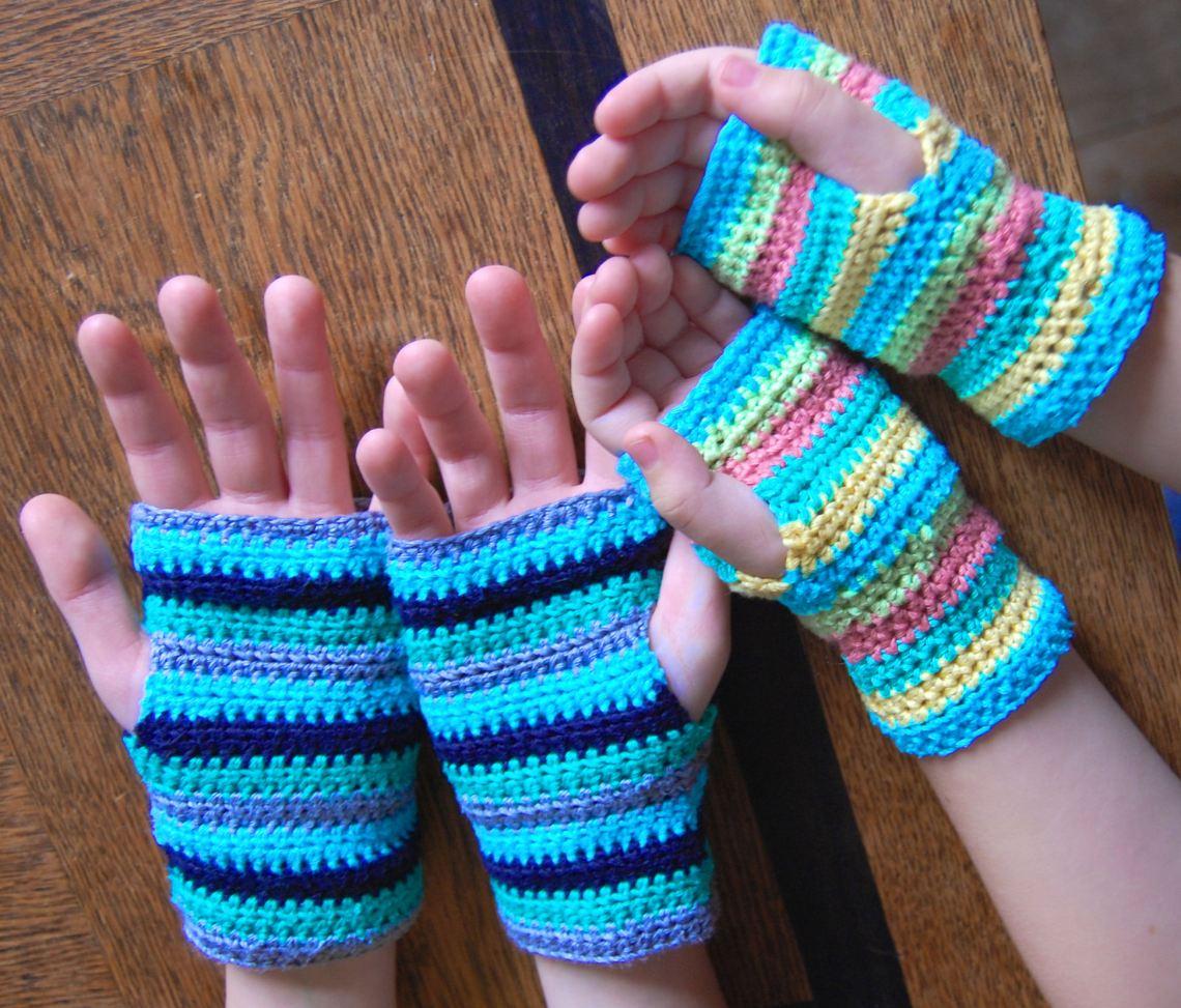 twee paar handjes met gestreepte gehaakte mofjes door studio paars