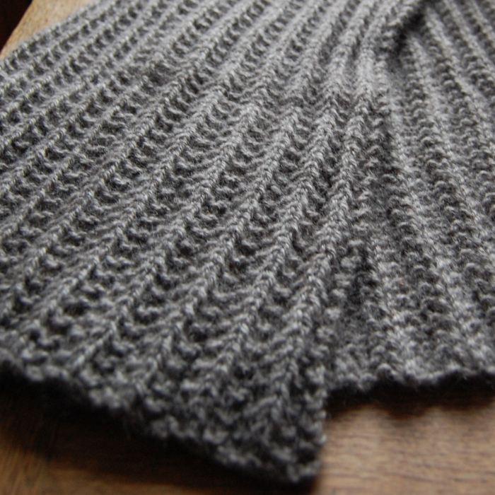 grijze gebreide wollen sjaal van studio paars