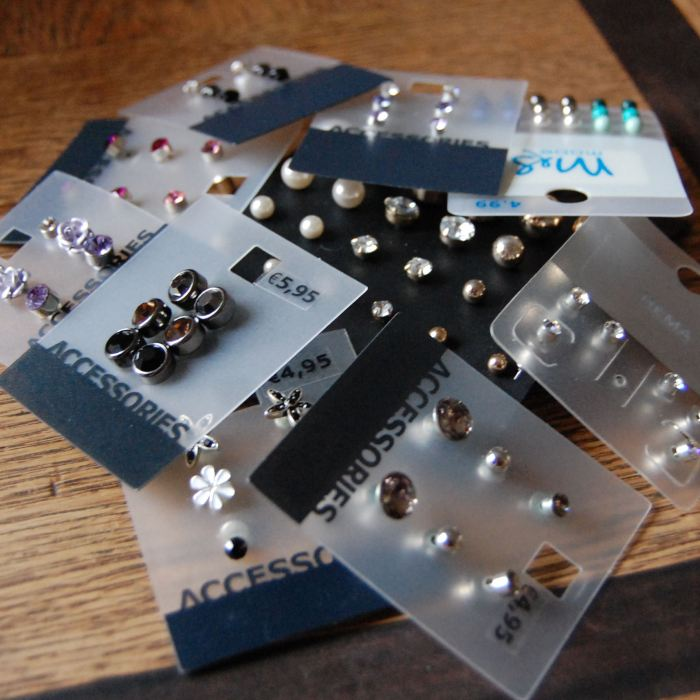 rommelige stapel oorbellen op kaartjes door studio paars