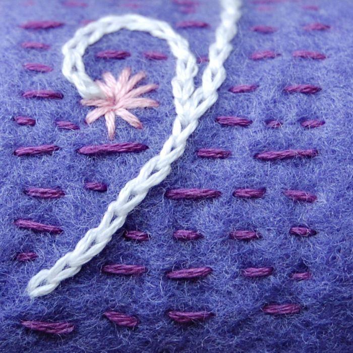 detail van geborduurde vilten armband in lavendel door studio paars