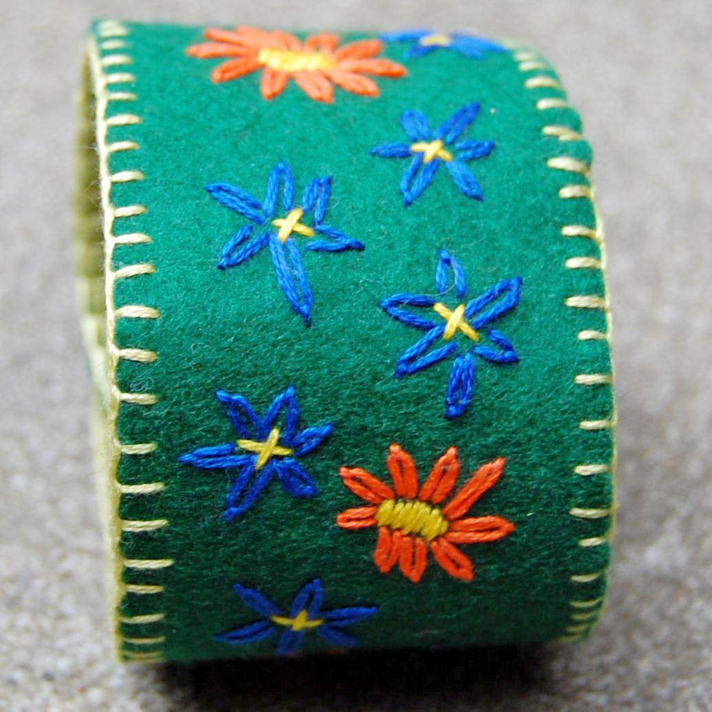 groene vilten armband geborduurd door studio paars