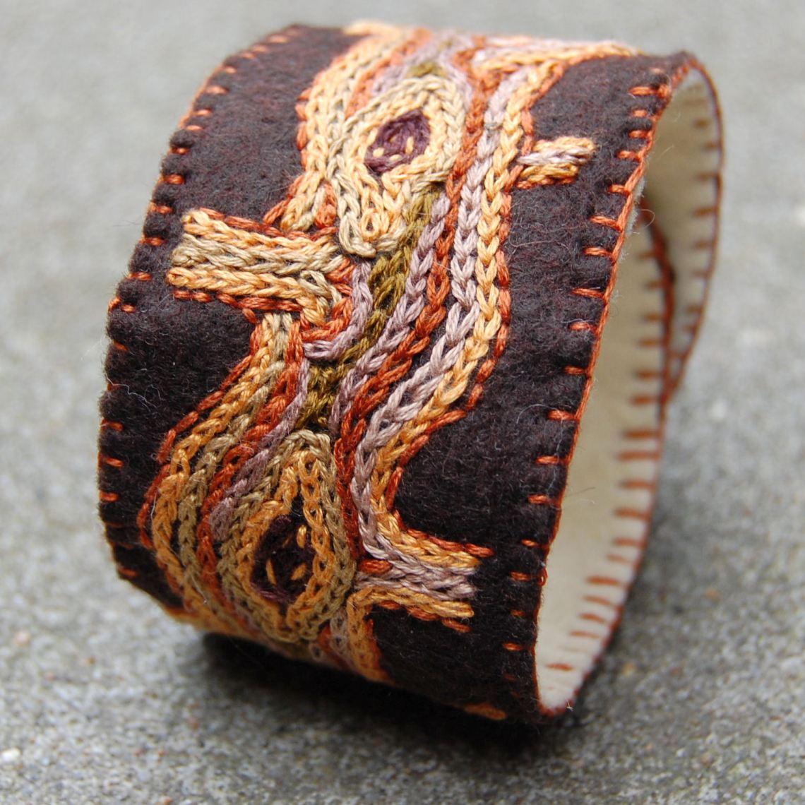 vilten geborduurde armband in bruintinten door studio paars