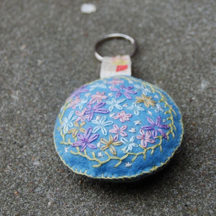 geborduurde sleutel- of tashanger door studio paars