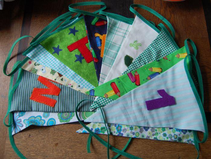 vlaggenslinger van stof door studio paars