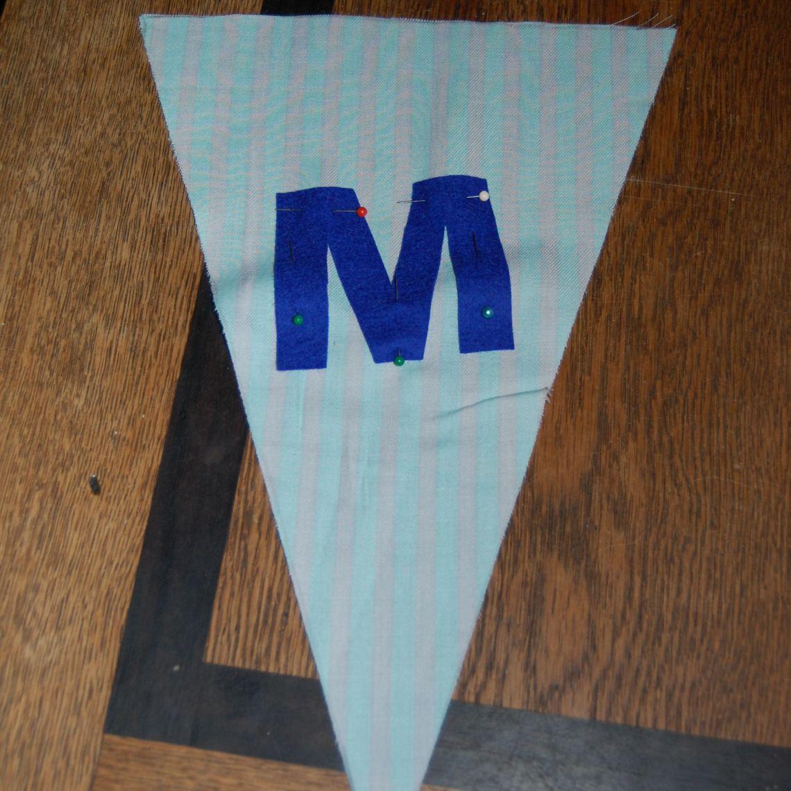 de eerste letter op de stof gespeld door studio paars