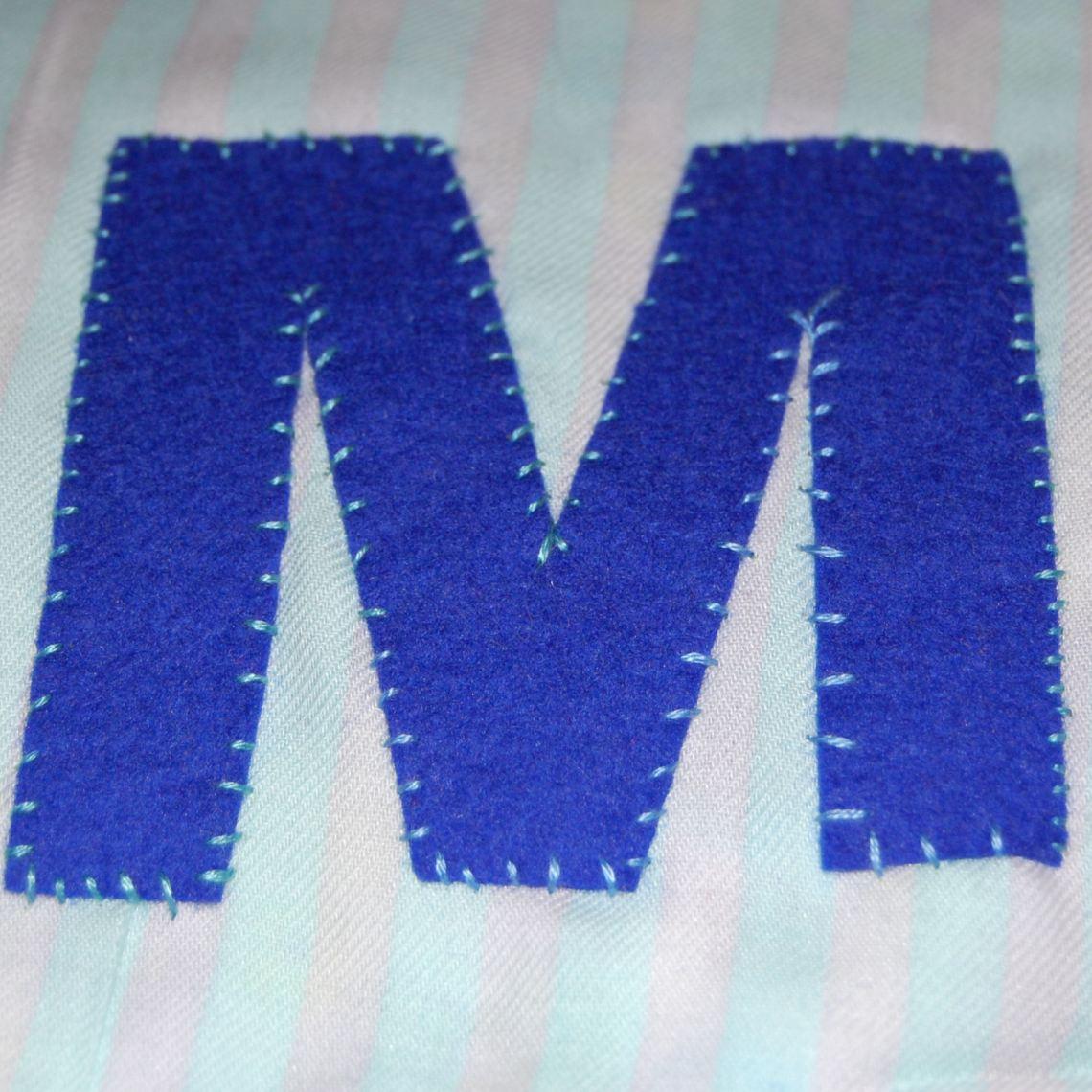 de eerste letter op de vlagenslinger naaien door studio paars