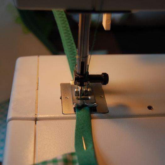 naai een stuk biasband leeg dicht met een grote zigzagsteek door studio paars