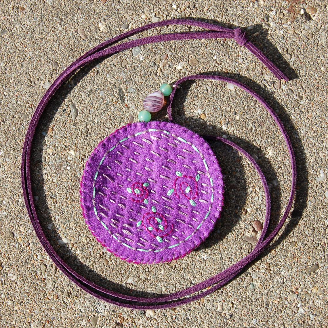ketting met paarse hanger van vilt door studio paars