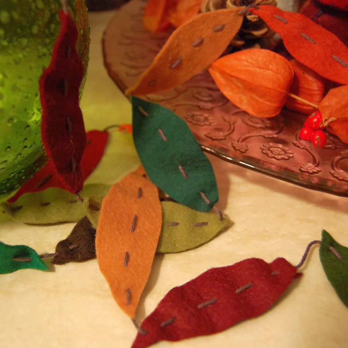 herfstblaadjes slinger van vilt door studio paars
