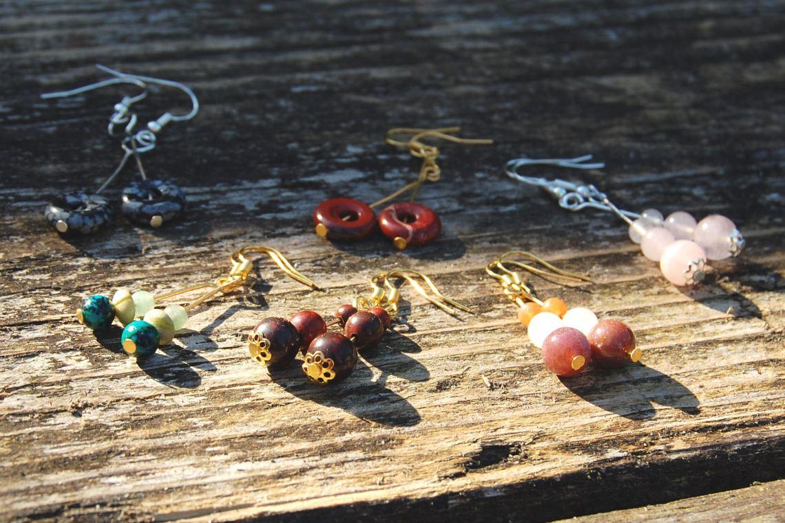 edelsteen oorbellen gemaakt door studio paars