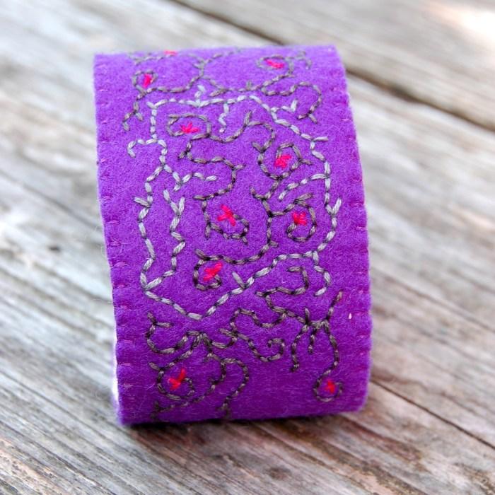 Geborduurde armband van vilt door studio paars