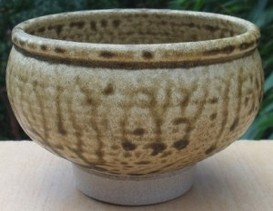Val Cushing (1931 - 2013) footed teabowl. height: 8.4 cm (3.3 inches). Diameter: 127 cm (5.0 inches). Price £125