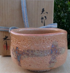 Hitoshi Koike shino chawan with inscribed potter's mark near the foot ring and signed wooden box. The maximum height is 8.4 cm (3.3 inches) and the maximum external diameter is 12.4 cm (4.9 inches). Price £125