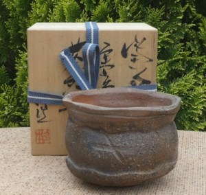 BW18: Koichi Hisamoto wood-fired Bizen chawan with incised signature to the base and signed wooden box. The height is 10.2 cm (4.0 inches) and the maximum external diameter is 13.5 cm (5.3 inches). £175