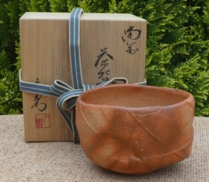 BW20: Fumio Kawabata wood-fired Bizen chawan with incised signature to the base and signed wooden box. The height is 8.1 cm (3.2 inches) and the maximum external diameter is 12.7 cm (5.0 inches). £325