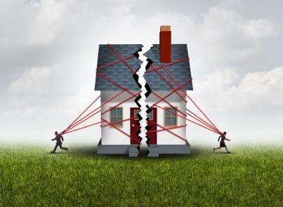 due coniugi tirano casa in due parti concetto separazione divorzio