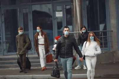uomini e donne con mascherine per protezione coronavirus