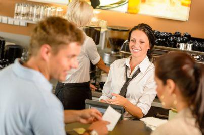 coppia che paga al bar e guarda scontrino