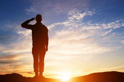 soldato che fa il saluto militare