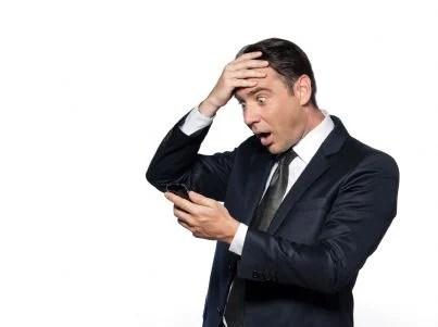 uomo stupito guarda foto nel telefono