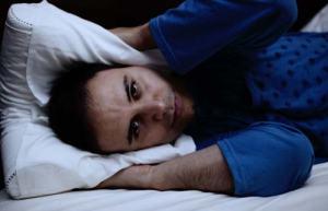 foto di uomo insonne a causa del rumore del russamento