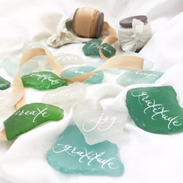 Sea glass : https://www.etsy.com/listing/452223350/sea-glass-place-cards-sea-glass-escort