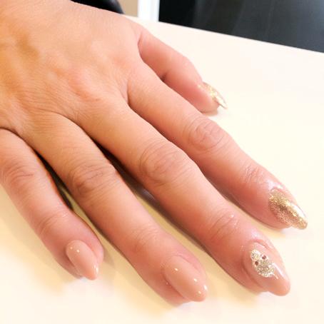 Naglar byggda i akryl med gellack och nagelsmycke.