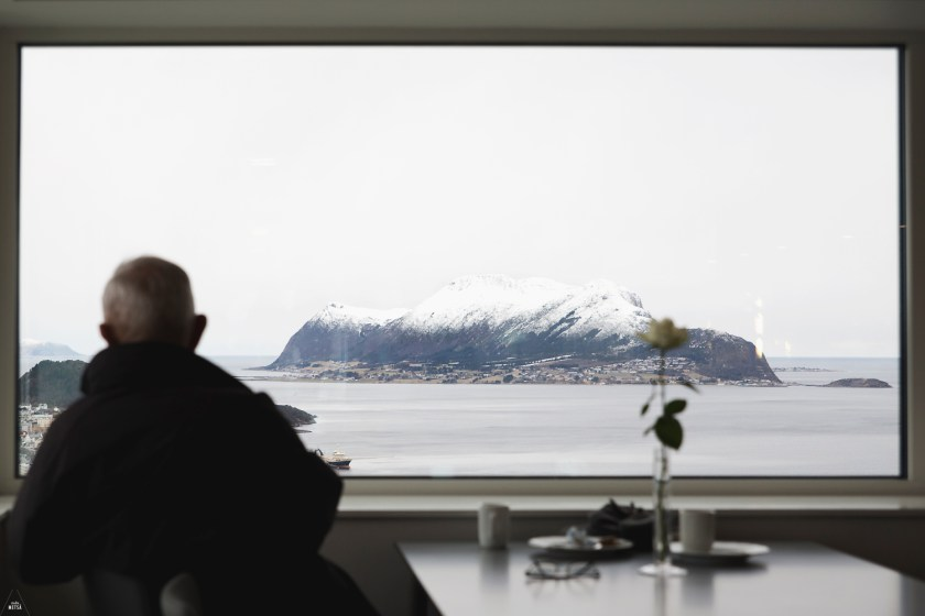 Man enjoying the view in Fjellstua restaurant Ålesund by Studio Metsä Photography
