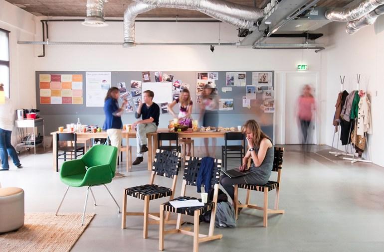 Interieurontwerp lokale overheid interactieve ontmoetingsruimte
